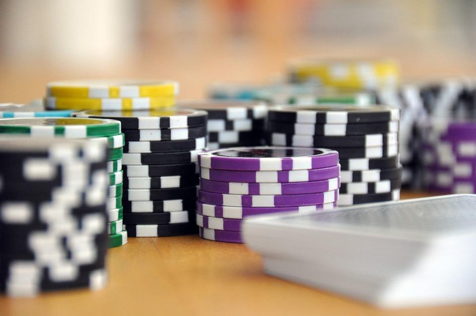 Blackjack Gleichstand: Wer gewinnt beim Unentschieden?
